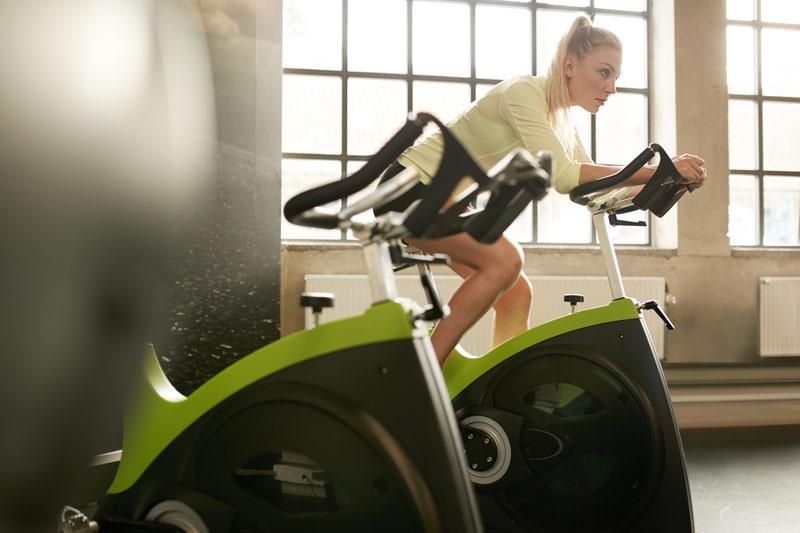 Spinning para adelgazar mujer en gimnasio