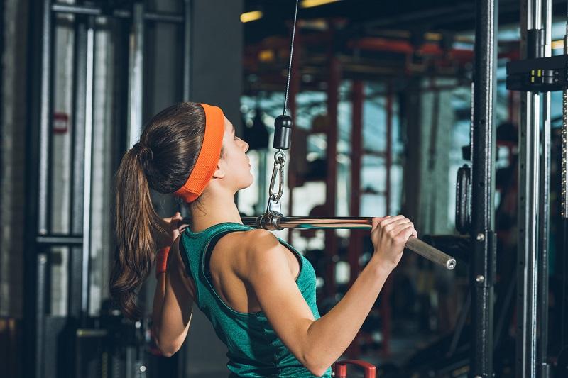 las-mujeres-deben-entrenar-pecho-barra