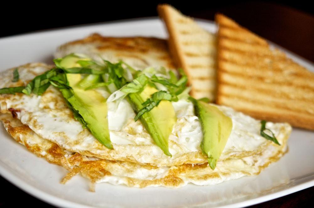 Tortilla de claras de huevo con aguacate y tostadas