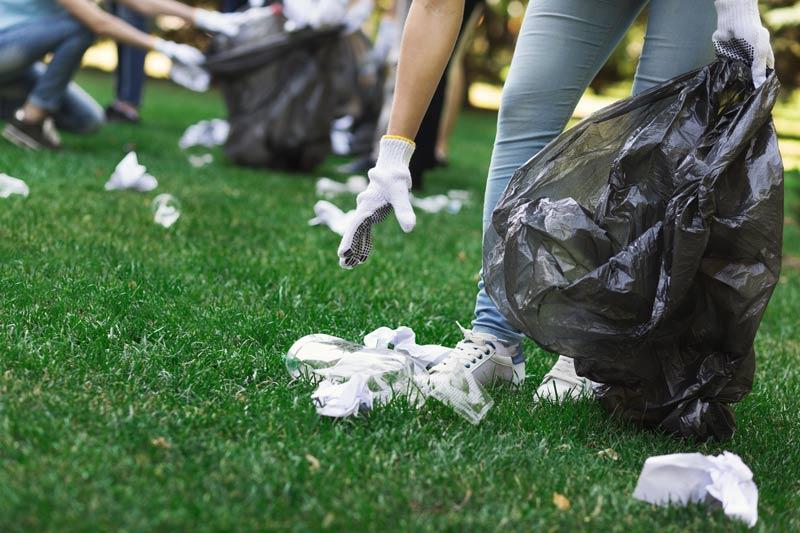 Plogging recogiendo basura