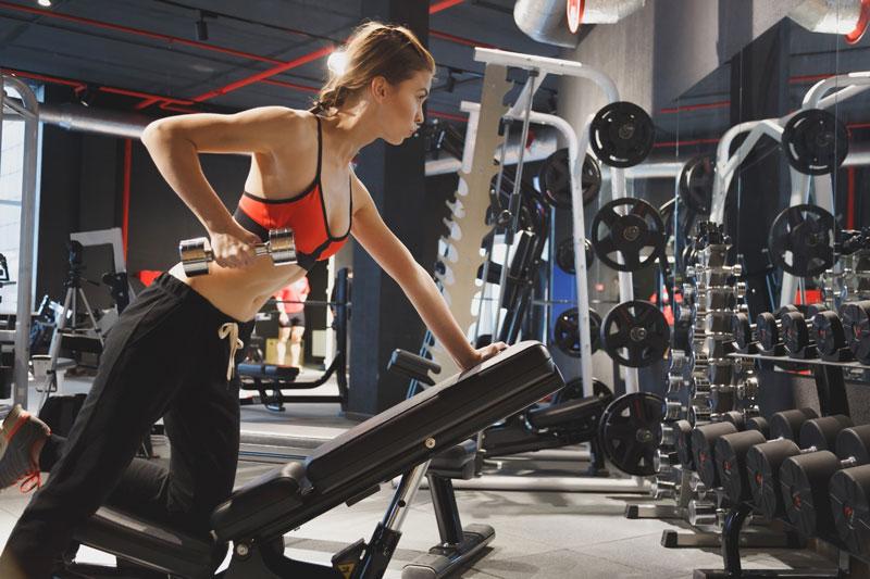 Rutina de ejercicios con mancuernas para bajar de peso